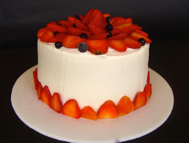 Pastel de chocolate, crema de vainilla, fresas y un toque de agraz. Este es un pastel jugoso que contraste con la frescura de las frutas, la densidad del chocolate, y la suavidad de la crema de vainilla. Pequeña (10 a 15 porciones)... $ 34.000 Mediana (20 a 25 porciones)... $43.000 Grande ( 26 a 32  porciones)... $ 53.000