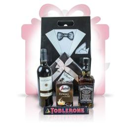 """Gentlemans Blend  Un #cadou deosebit, Gentleman's blend, combina spiritul unui Jack autentic, cu bogatia unui expresso italian de calitate si aroma vinului rosu Chianti. Pralinele belgiene, impreuna cu ciocolata amaruie fac ca Gentleman's blend sa fie nu doar un """"multumesc"""" delicios ci si un #cadou #business perfect.   #cadoubusiness #coscadou #cadougourmet #cosurigourmet"""