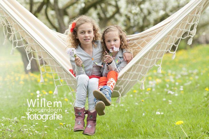 kinderfotografie zusjes lente in de boomgaard door Willem Hoogendoorn Fotografie, Woerden