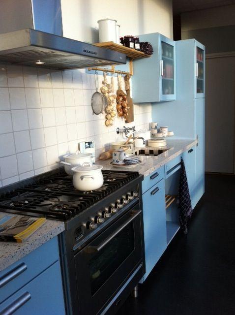 een ouderwetse keuken uit 1937 weer opnieuw uitgebracht met de gemakken van nu, mooi!  zwart tegelstrip er bij!