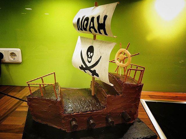 Piratenschiff Torte . #pirate #Piratenschiff #piratenparty #kindergeburtstag #motoparty #schokolade #buttercreme #segel #schokokuchen #Salzstangen #marzipan #tort #torte #kuchen