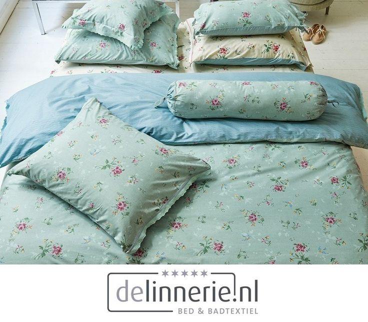 Een sprookjesachtig dekbedovertrek in een groene kleur met prachtig gekleurde bloemen. Het dekbed heeft een romantische kanten rand. De achterzijde van het overtrek is hemelsblauw met subtiele witte strepen. #delinnerie.nl