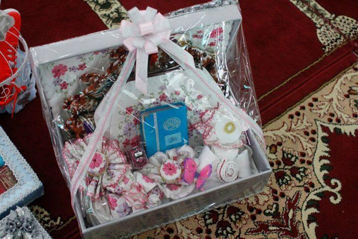 Dalam pernikahan adat di Indonesia, mas kawin bisa berupa uang dan alat sholat seperti Al Qur'an, sajadah dan sebagainya.