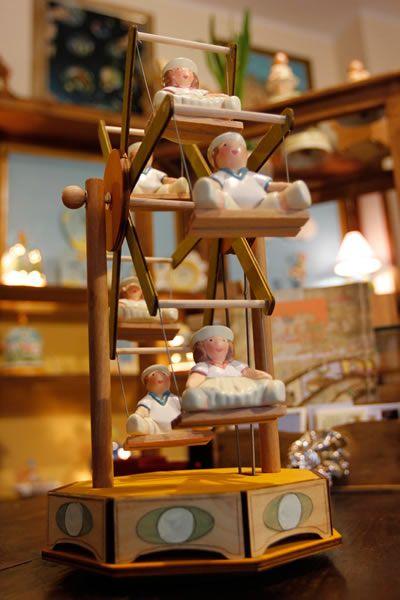 Carillon giostra legno e ceramica. Wooden Music box madre in Italy. Hand made