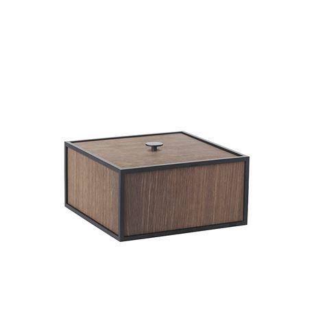 Frame 20, mørk eg eller sort.  Frame Opbevaring til væggen eller som æsker og kasser. Et fleksibelt og multifunktionelt design, der kan udvides efter behov. Se mere hos bylassen.dk