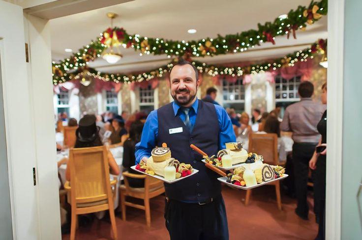 Party des Fêtes au Parc de la Chute-Montmorency. Serveur avec dessert, la fameuse bûche de Noël.
