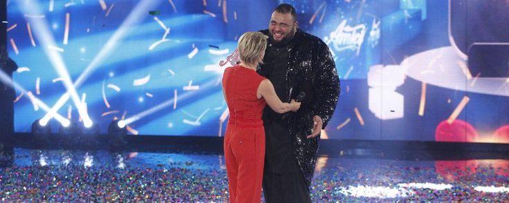 Più di due metri di tenerezza, il cantante che ha monopolizzato il televoto è un gigante buono dalla voce soul che dorme con il suo orsacchiotto e cantava con Elodie