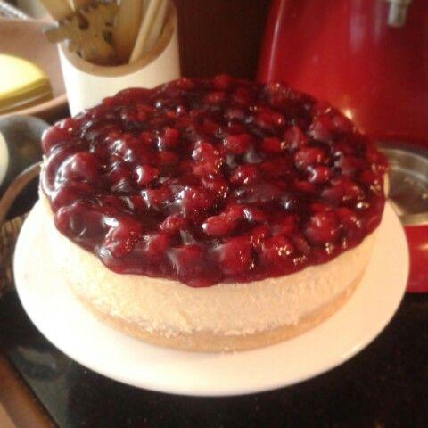 Cherry Cheesecake Una delicia norteamericana echo con queso crema y vainilla pura. Cubierto con una salsa de cereza.  $30.000 por 12 porciones aproximadamente.
