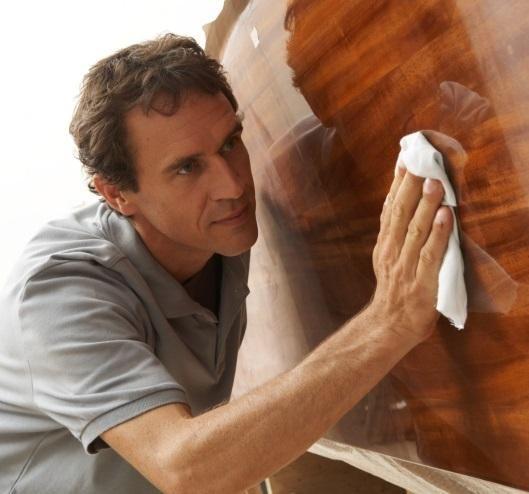 Trucos para limpiar madera. La madera es indudablemente el material predilecto para la realización de mobiliario, y últimamente se ha convertido también en una opción recurrente para el suelo de nuestro hogar. Se trata de un ele...