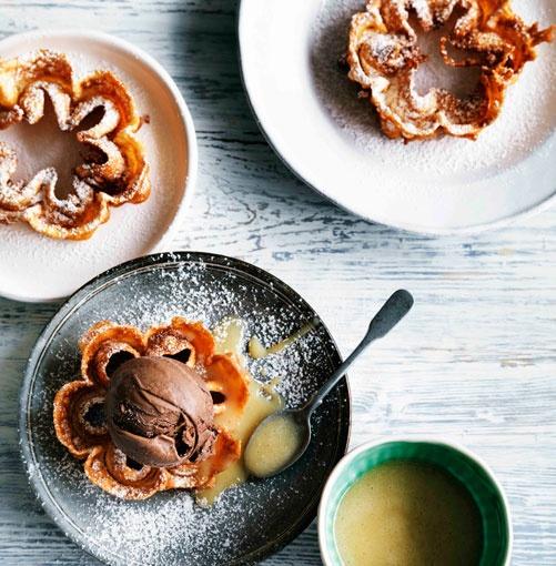 Ponderaciones with Manjar Blanco and Chocolate Ice-Cream.