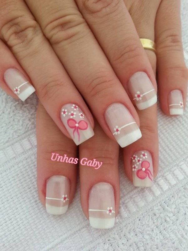 White nail design in french style with little flowers - Uñas blacnas en estilo manicura francesa con pequeñas flores.