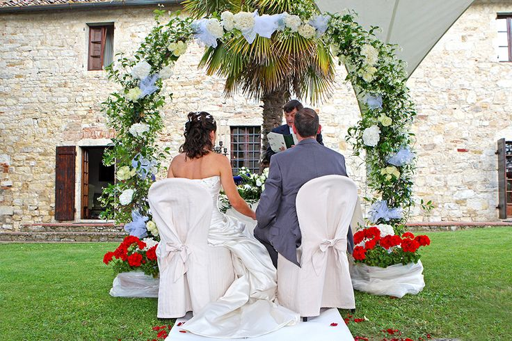 wedding in Castello di Tornano, uscany #weddingday #weddinginflorence #symbolicceremony #bridegroom #weddingdress #weddingintuscany #weddingphotographer #tuscanphotographer #florencephotographer