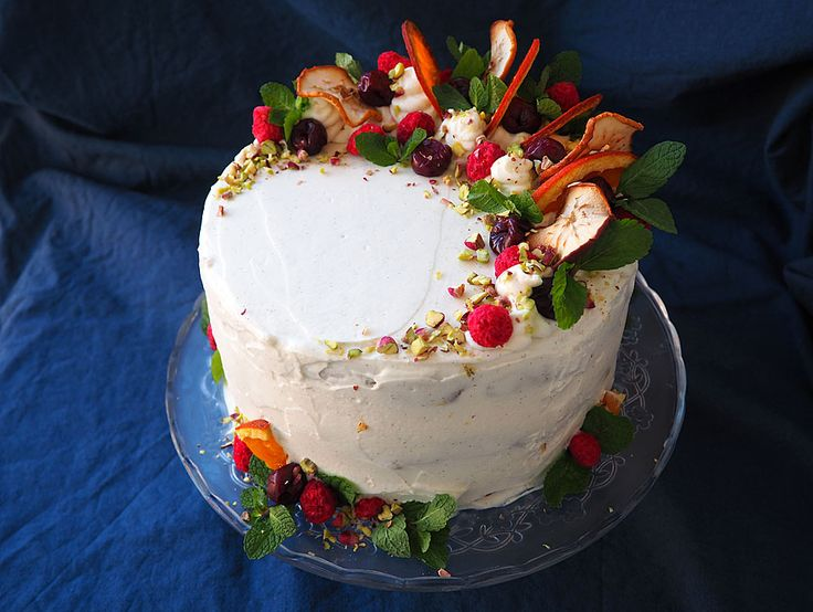 Tort fara zahar cu visine si crema de ricotta, mascarpone si vanilie/Sour cherry and carob sponge cake filled with ricotta, mascarpone, honey and vanilla cream, with little bits of orange in it. The decoration is made of dried apple and orange slices, dried raspberries, thawed cherries, a sprinkle of pistachio and few mint leaves.