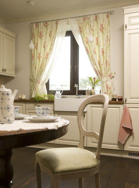 Biała kuchnia, romontyczna kuchnia, firanki w kuchni, meble kuchenne, angielska kuchnia, shabby chic, kuchnia styl wiejski. Zobacz więcej na: https://www.homify.pl/katalogi-inspiracji/20712/jak-ozywic-biala-kuchnie-7-pomyslow