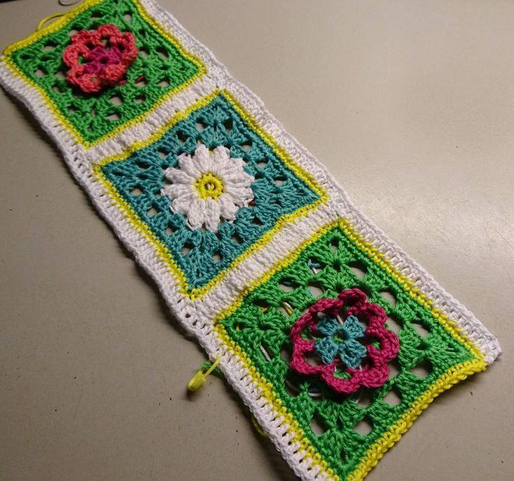 Inte det lättaste att virka ihop rutor tycker jagär ganska nybörjare på det och inte bestämt mig för vilken metod som är finast. Men det blev inte så tokigt.  #crocheting#crochet#grannysquares#virka#handmade#lovecrochet#i_lovecrochet#crochetofinstagram#instacrochet#häkeln#mormorsrutor#square by tjaders