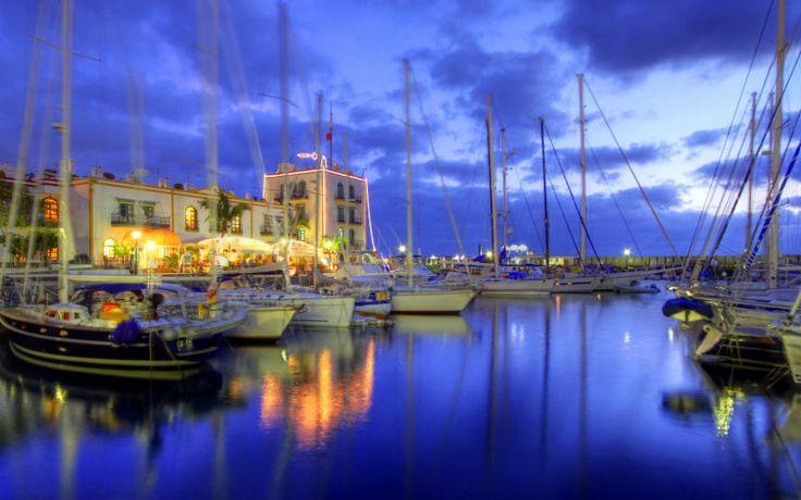 """Puerto de Mogan - også kaldet """"Lille Venedig"""" er også et besøg værd om aftenen - spis på en af de hyggelige restauranter ved vandet og nyd en smuk solnedgang. Se mere på www.apollorejser.dk/rejser/europa/spanien/de-kanariske-oer/gran-canaria"""