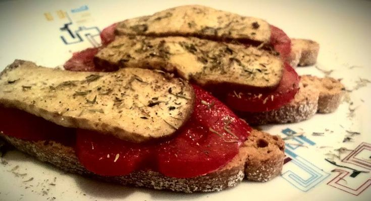 Tostaditas de Pan de Chapata, con Tomate, Tofu Ahumado, Tomillo y Aceite en HazteVegetariano.com