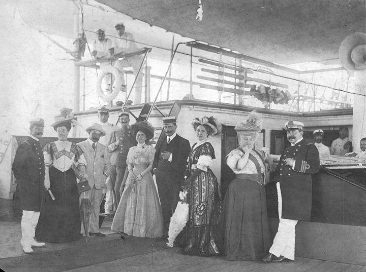 8vo viaje de la Fragata Sarmiento, el Capitán José Moneta, la Condesa de Pardo Bazan, el cónsul argentino Manuel Olmos y familia, y Martín Azquiano, luego del almuerzo efectuado en la fragata, la Coruña 1907.