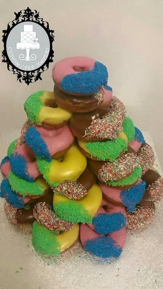 Donut cake to feed 50 people.   #donuts #stawberrydounts #bananadounts #chocolatedounts #dounttower #dountcake #bubblegum #cake #sweettooth #birthdaycake