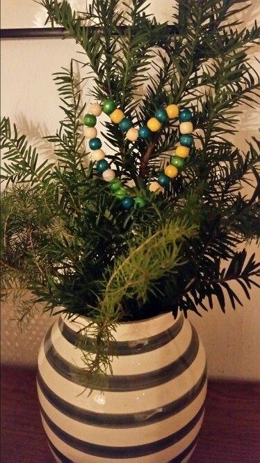 Cuore decorativo con perle in legno e filo di ferro.