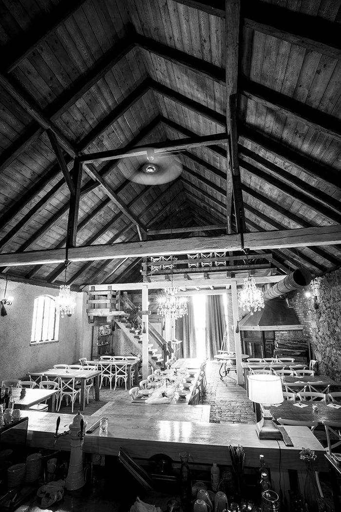 Stodola, jako součást restaurace a pensionu v Angusfarm Soběsuky Atmosféra stodoly je vždy silná a téměř každý se v ní cítí dobře. Rozlehlé prostory do všech stran,tradiční kombinace materiálů jako je dřevo, kamen, cihla, ale také hliněná omítka s příměsílevandule. To je jen část toho, co jsme pro vás vytvořili.  Prostor, kde kontrast luxusu, čistoty a přírodního materiálu, dělá útulné prostředí, odkud senechce člověku odejít. Kde plápolající oheň, příjemné nerušivé hudební tóny, dělají z…