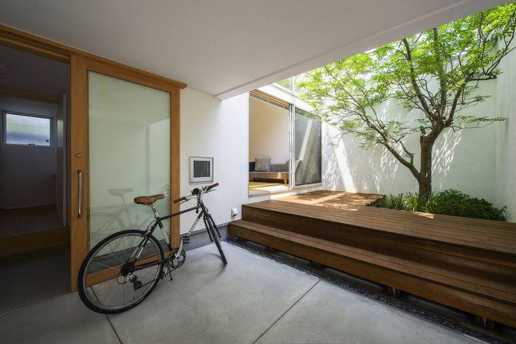"""モダンバルコニー&テラスのデザイン:""""エントランス&中庭""""をご紹介。こちらでお気に入りのバルコニー&テラスデザインを見つけて、自分だけの素敵な家を完成させましょう。"""