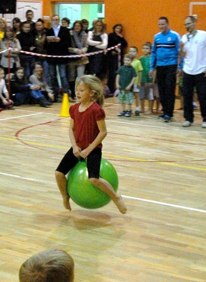 Sportowe emocje także dla najmłodszych- zobaczcie jak można zorganizować Sportową Olimpiadę dla przedszkolaków, zaangażować starszych uczniów i razem świetnie się bawić. Opis szkoły z Chełma: http://blogiceo.nq.pl/blogwf217/2013/11/29/olimpiada-przedszkolaka/