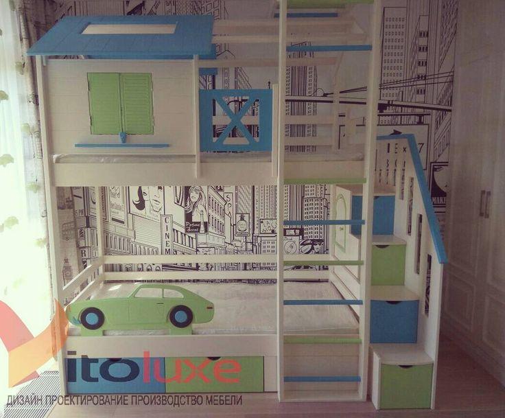 Двухъярусная кровать Европейский домик для детей, в комплекте со спорткомплексом, съёмным бортиком безопасности и лестницей с ящиками для хранения. Дверцы окошка открываются Ставни окошка открываются. Верхний ярус в виде домика может использоваться как игровая площадка или как спальное место. Под кроватью два вместительных выкатных ящика. Изготовление мебели для детской комнаты по индивидуальным проектам, в едином тематическом стиле.  Дизайн, проектирование и производство мебели Vitoluxe…