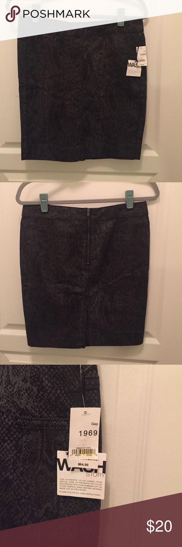 GAP 1969 sz 4 black/gray snakeskin print skirt NWT.  Cotton, polyester, Lycra mix material. GAP Skirts Pencil