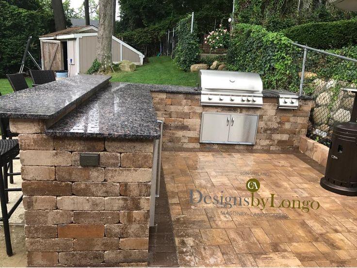 Essen ist angerichtet! Diese fantastische Cambridge Outdoor Kitchen ist das ganze Jahr über perfekt. Designs von Longo haben diese Terrasse auf Long Island mit Cambridge Outdoor Living Solutions unter Verwendung von Pflastersteinen und Wandsteinen mit ArmorTec aktualisiert.