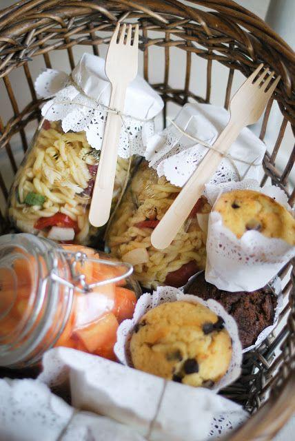Salate können fürs Picknick dekorativ in Gläser gefüllt werden.