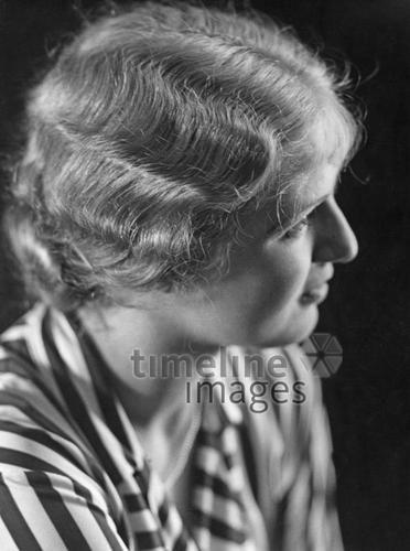 Frauen 1936 Timeline Classics/Timeline Images #30er #1930er #30s #1930s #Haircut #Hairstyle #Haarschnitt #Haare #Hair #Frisur #Frisuren #Mode #Wasserwelle