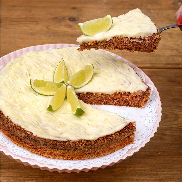 Tack vare morötterna blir kakan saftig och god. Den syrliga glasyren med lime är pricken över i.