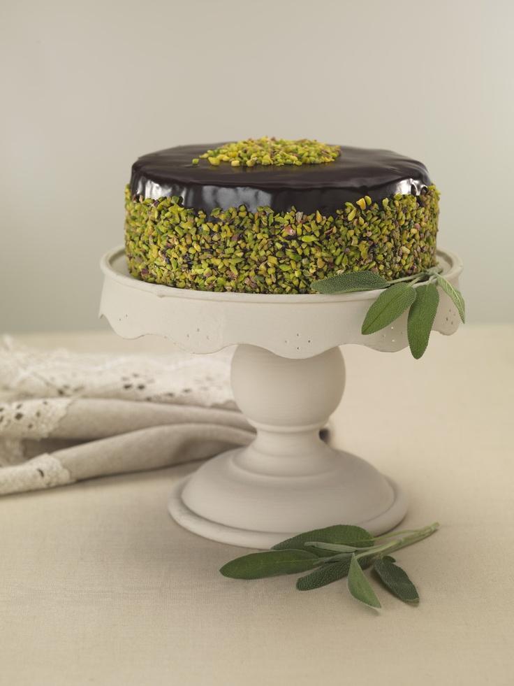 Mozaik Pasta  Gerçek çikolata ve bisküvi parçaları ile yapılmışdır.  Üzeri çikolata ganaj ile kaplı ve antep fıstığı ile süslüdür.