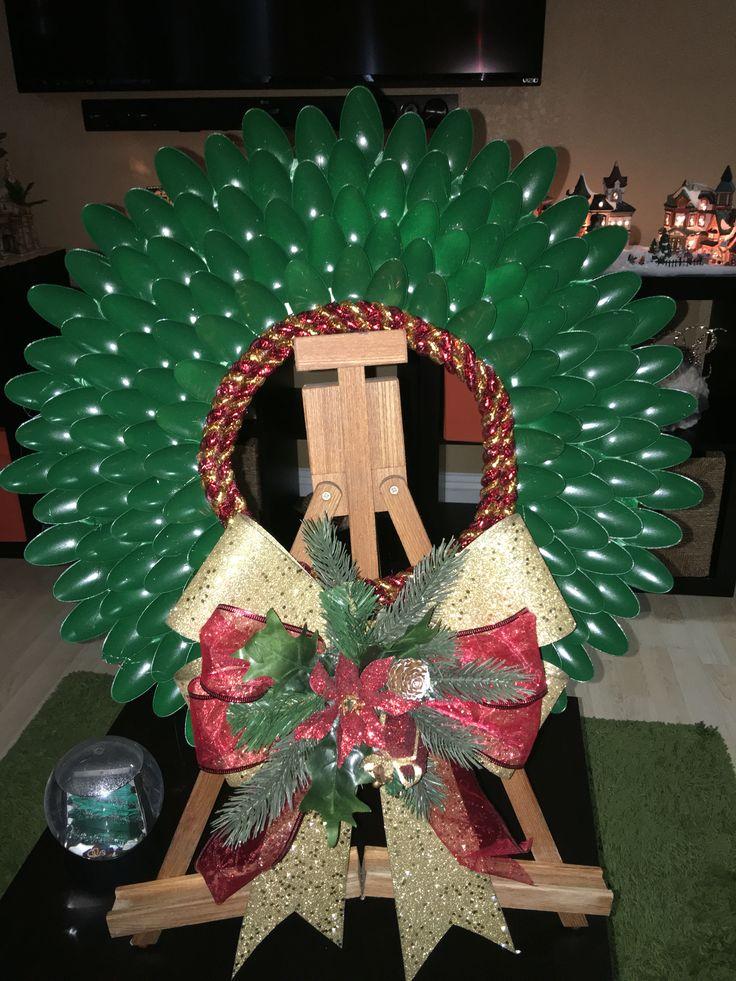 Corona navideñas reciclada hecha de cucharas