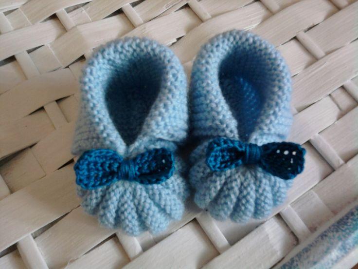 Chaussons bébé avec noeud bleu, fait main : http://www.alittlemarket.com/mode-bebe/chaussons_bebe_avec_noeud_bleu_fait_main-7026313.html
