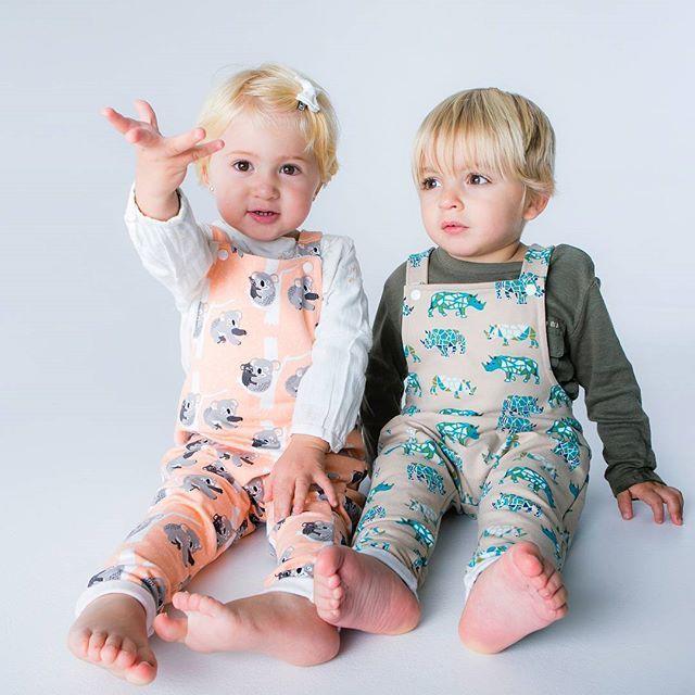 Koalas y rinos en diseños únicos de petos muy pero que muy molones! Todos hasta la talla 3-4 años. Tenéis muchos más estampados!  Que nos decís de estos dos modelos?😍😍😍 . . . #peto #pelele #baby #lookbebe #outfit #outfitbebe #bebemolon #bebefashion #embarazo #embarazada #pregnant #reciennacido #padresprimerizos #mamiembarazada #otoño17 #9meses #instabebe #instamama #dulceespera #mamaprimeriza #estampadodivertido #telasbonitas #navidad #christmas