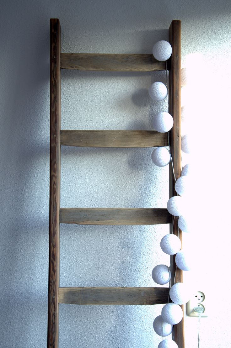 +Houten ladder met cotton balls+