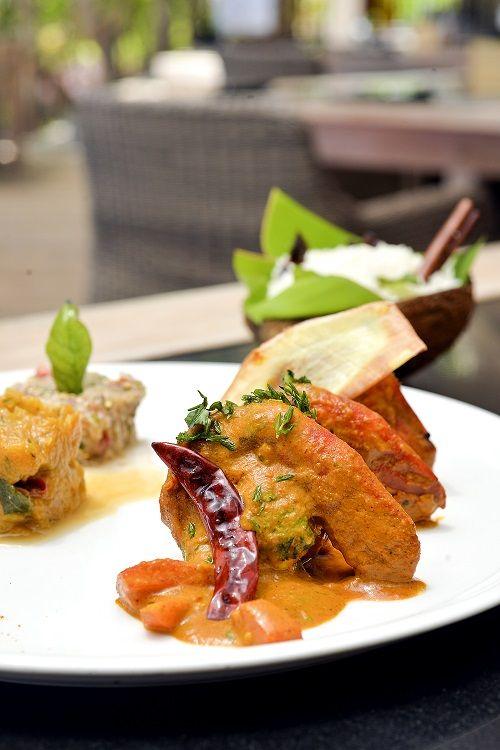 Curry De Camaron Giraumon A L Etouffee Chatini D Aubergine Servi