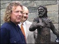 Robert Plant (left), Rev Geraint ap Iorwerth and the statue of Owain Glyndwr
