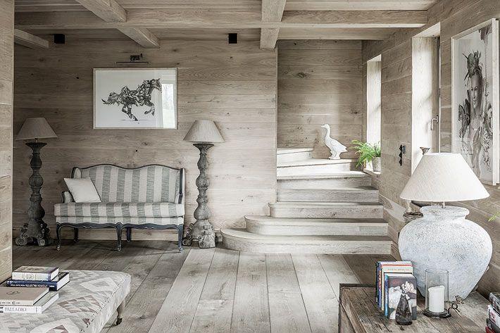 Интерьер дома из выбеленного дерева в Польше