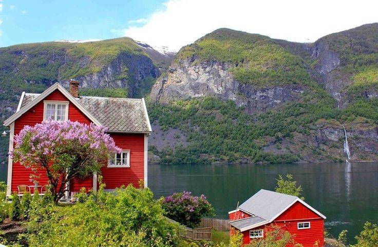 Дома на побережье озера, Берген, Норвегия.