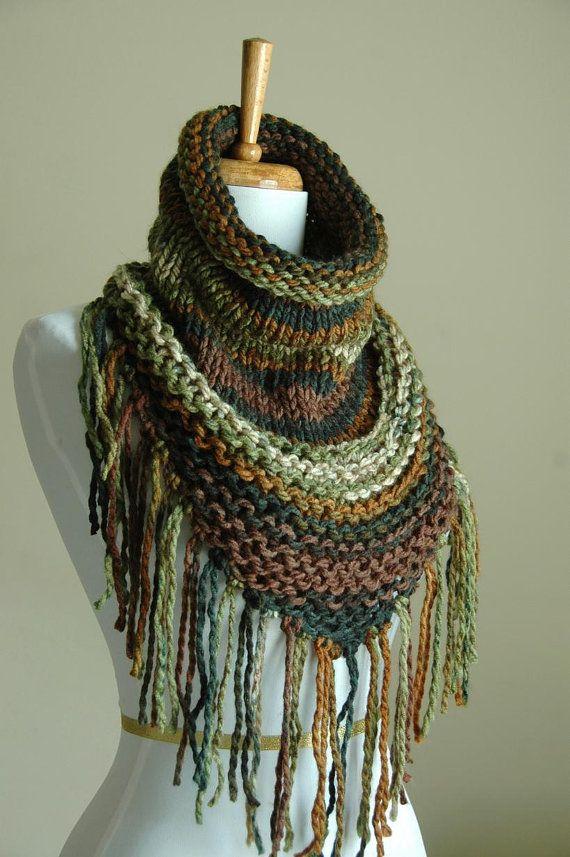 Mon nouveau design combine mon amour de la frange triangle foulards, capots et ce fil vegan merveilleusement douce dans des tons bois magnifiques marron et vert. Non seulement ce serait l'accessoire parfait pour l'automne/hiver, mais il semble grand avec un réservoir haut et Short pour les fraîches nuits d'été. Si facile à porter, il suffit de jeter sur votre tête et vous êtes bon pour aller !  Disponible en plusieurs couleurs ! https://www.etsy.com/shop/PhylPhil?sect...