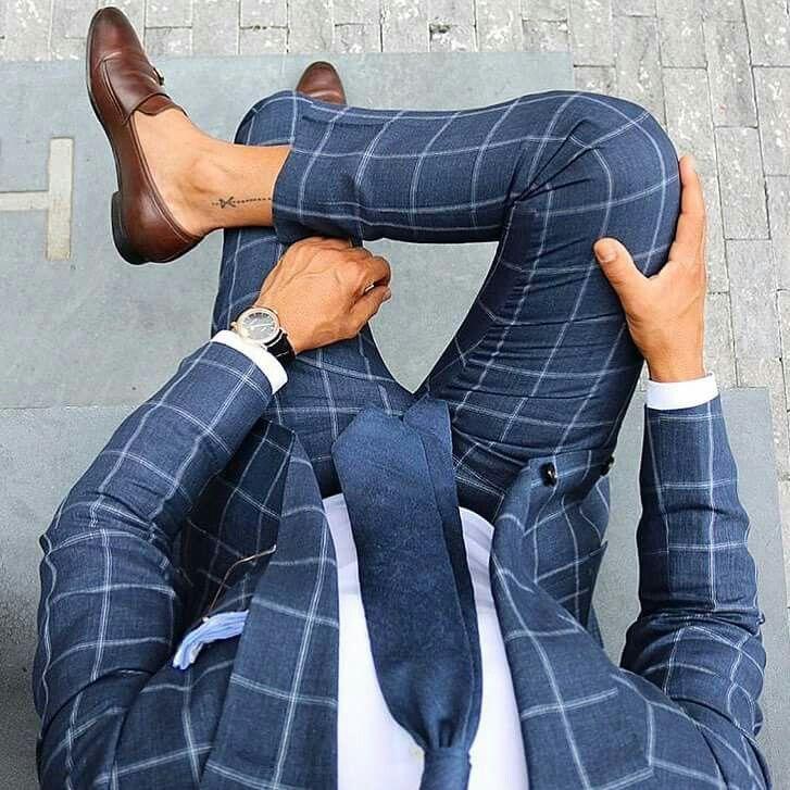 Estiloso traje de cuadros azul