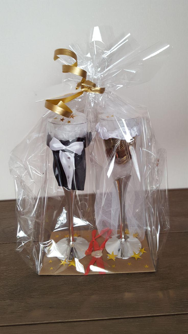 Champagneglazen van de Action aangekleed als bruid en bruidegom gevuld met geld als  cadeautje voor het bruidspaar.