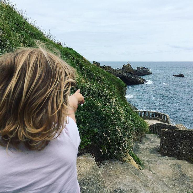Regarde ! Le rocher de la vierge ! --- #biarritz #paysbasque #family #kids #igersfrance #igerspaysbasque #naturelovers #pic #picoftheday #igersbiarritz #babygirl #mumblogger #mumlife