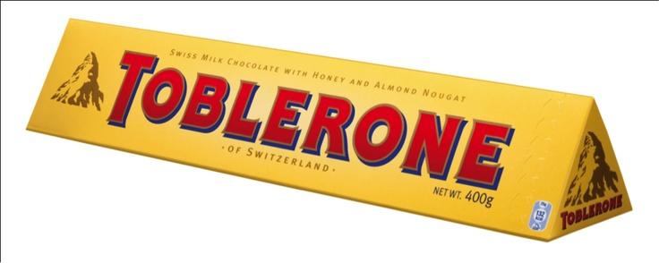 Le Toblerone est l'exemple type du produit alimentaire qui va se démarquer dans les rayons de GMS grâce à un packaging un peu criard. Il adopte d'abord ce format triangulaire qui sera la signature du produit (produit à l'image d'une vallée de montagnes suisse). Pour attirer l'oeil parmi les concurrents, les couleurs du packaging jouent également un rôle fondamental : la police massive rouge sur un fond jaune vient choquer l'oeil du consommateur dans les rayons parmi la masse de produits.