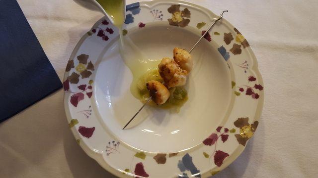 Spiedino di Capesante e Scampi su letto di cipollotto al limone accompagnato da salsa di mela verde e sedano rapa - Ricetta dello Chef Cannavacciuolo