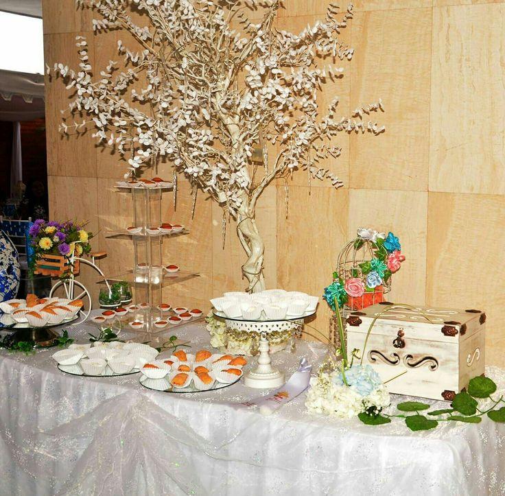 Mesa dulces y árbol deseos