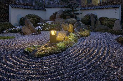 Stojací svítidla jsou víceúčelová. Dobře poslouží nejen u cest, ale také krásně osvětlí určitou zahradní partii. Svítidlo Rusty 40, výška 40 cm, cena 7240 Kč; ESVĚTLO.CZ